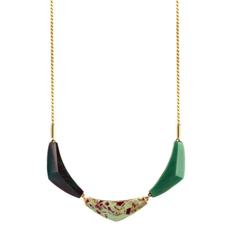 De Trigon triple ketting in Humid, Red olive en Eden composiet met 18-karaats vergulde messing achterkant en goudkleurig zijden ketting.