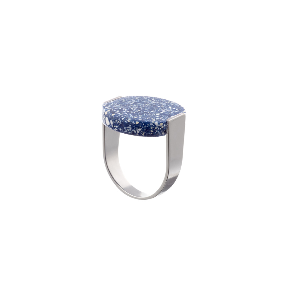 De stamp ring in delft blue met een U vormige gerhodineerde messing band.
