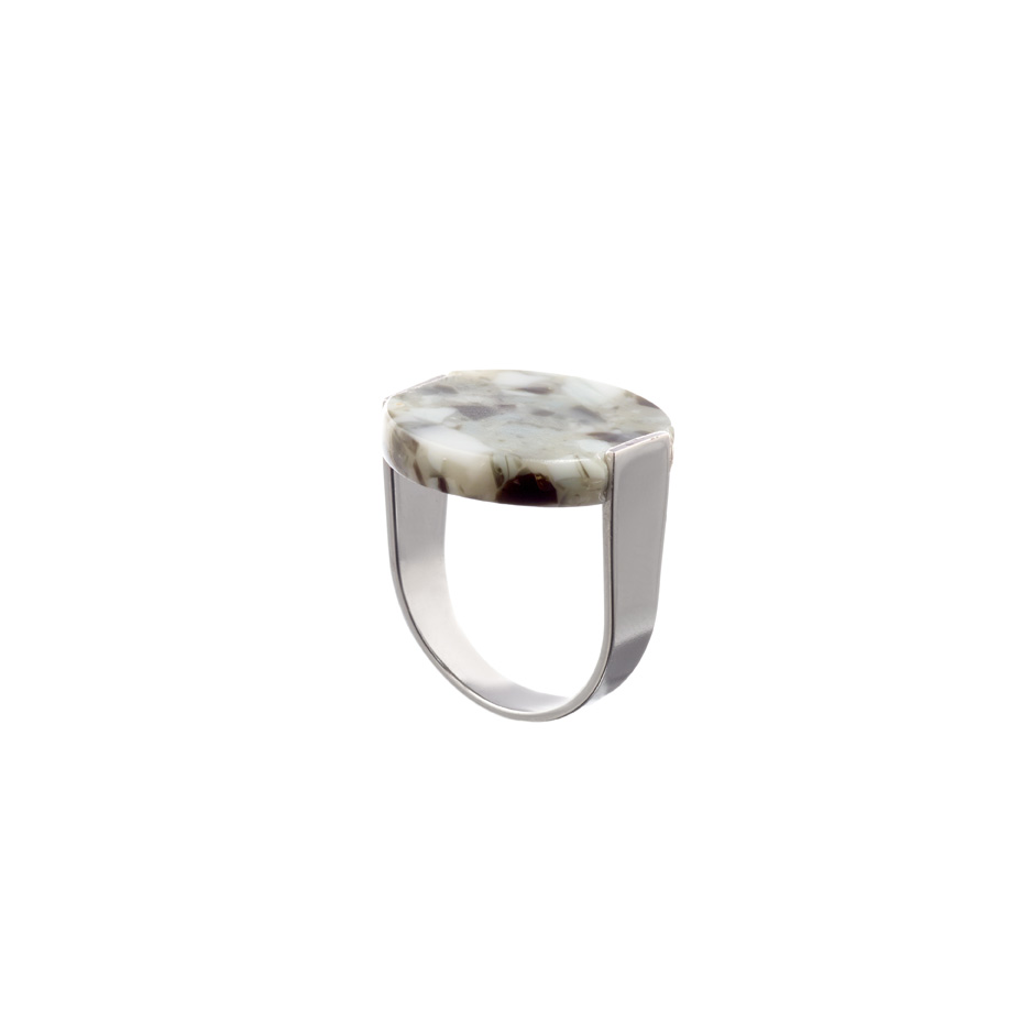 De stamp ring in granito met een U vormige gerhodineerde messing band.
