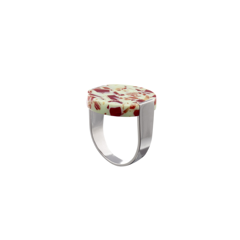 De stamp ring in red olive met een U vormige gerhodineerde messing band.