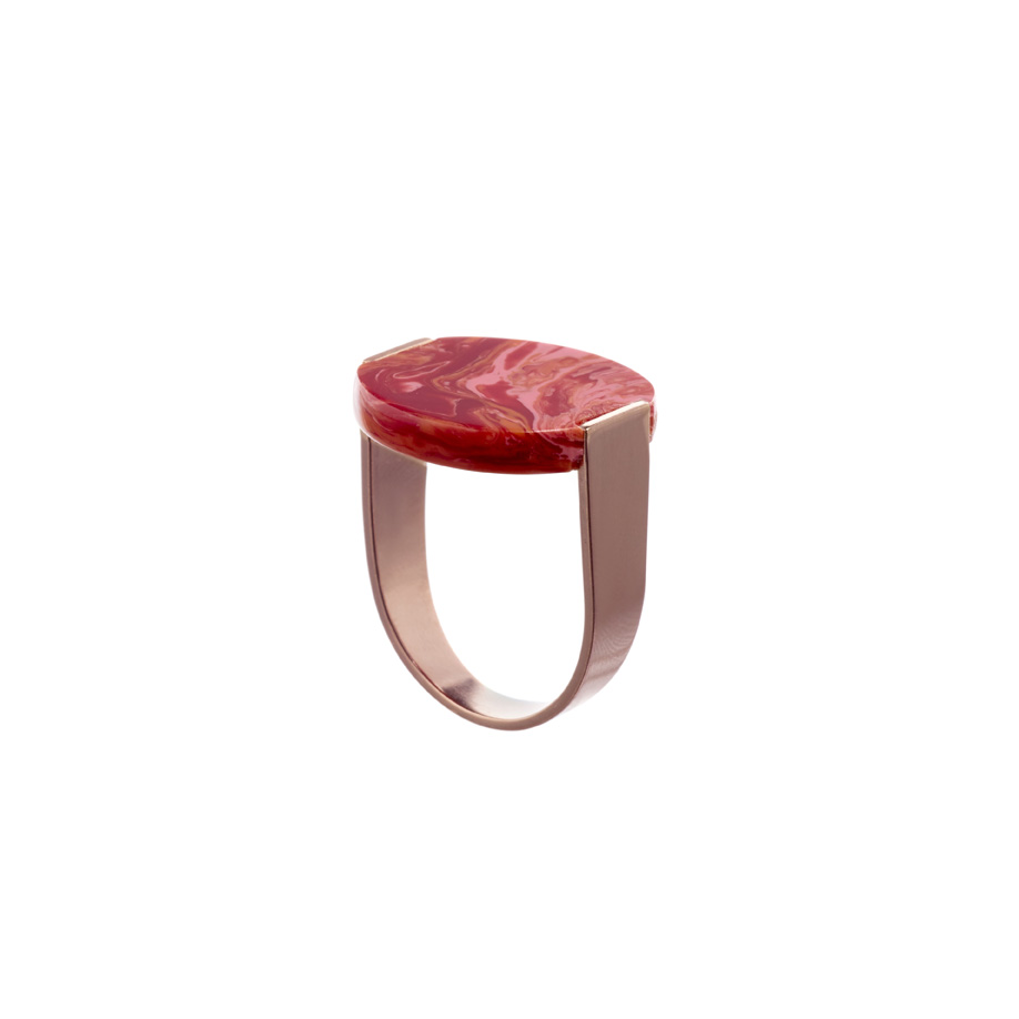 De Stamp Ring in Sweet Pea met een U vormige roos vergulde messing band.